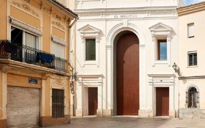La historia del edificio con la puerta más alta de Valencia: el Teatre El Musical
