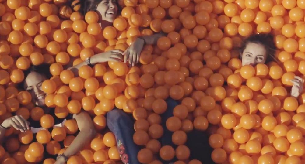 Llega a Valencia la piscina de bolas móvil más grande de España