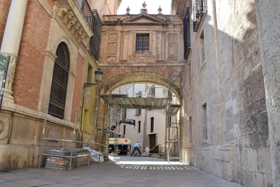 Comienza la restauración del arco de la calle Barchilla que une la Catedral con el Palacio Arzobispal desde el siglo XVIII