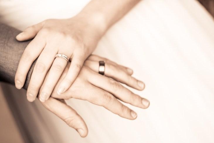 Links verlobungsring trägt oder man rechts Verlobungsring: Welche