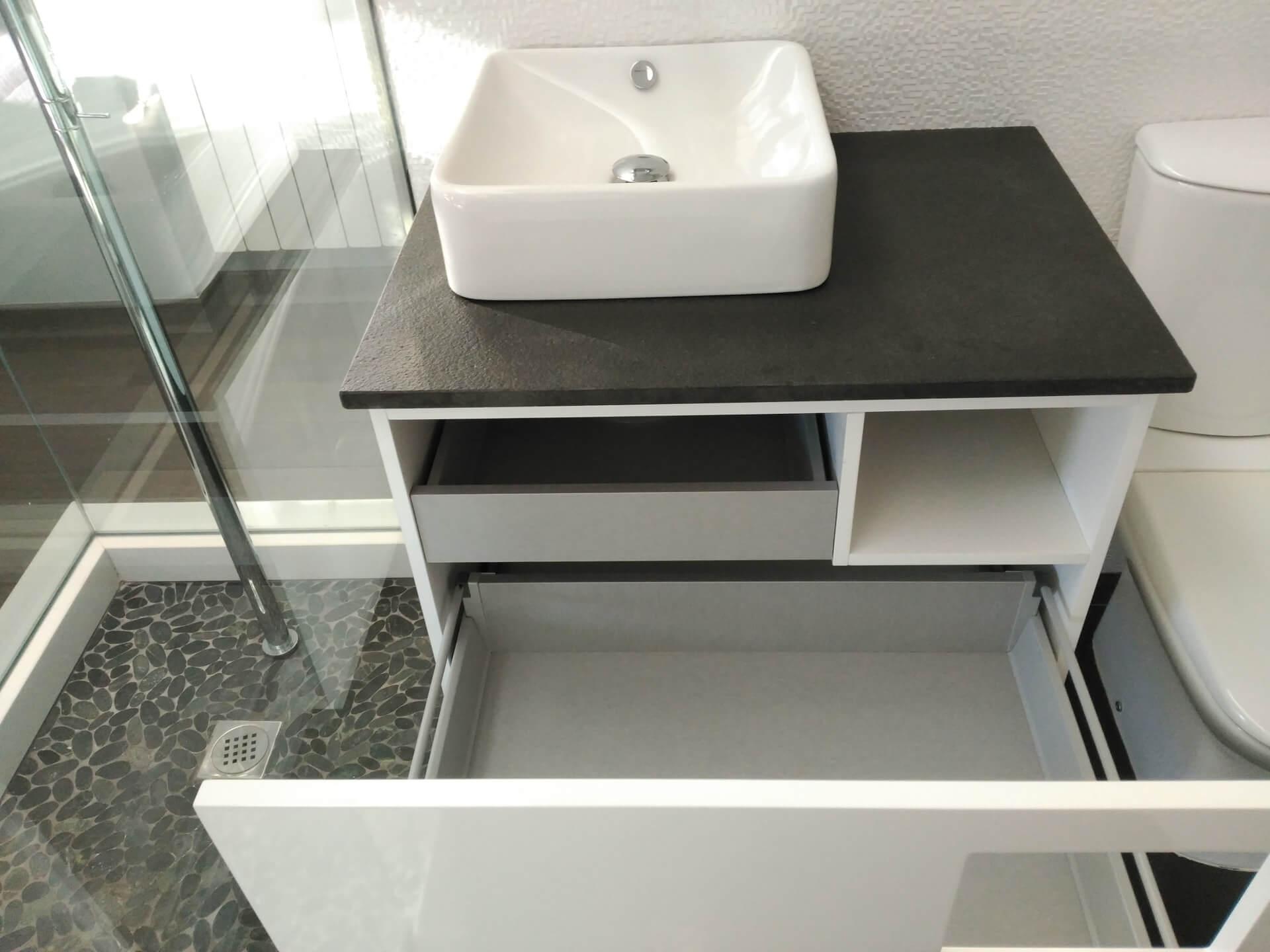 Mueble de bao suspendido lacado en blanco