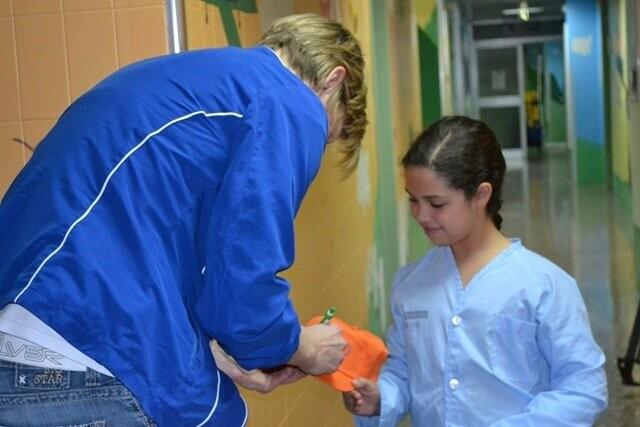 Las jugadoras de Ciudad Ros Casares han visitado a los niños del Hospital Clínico (6)