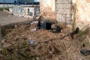 Enseres abandonados junto a una alquería de las afueras de Valencia