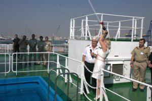 La madrina del barco lanza la botella en presencia del capitán/miguel calatayud