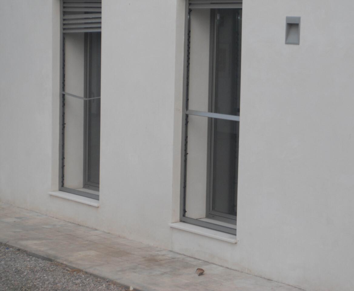 Una de las ventanas rotas del antiguo balneario/eu