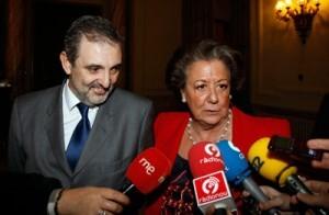 La alcaldesa con el responsable de Teléfonica/vlcciudad