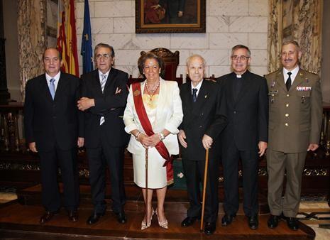 José Climent, a la derecha de la alcaldesa, el día de su nombramiento como hijo adoptivo de Valencia./ayto valencia