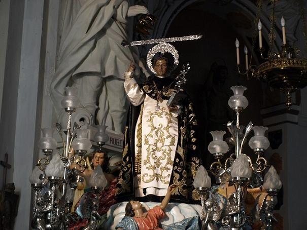 El ¨ Morenet¨ recorrió ayer el Mercat y será el último en protagonizar la ¨baixà¨del altar en la noche de mañana martes/artur part