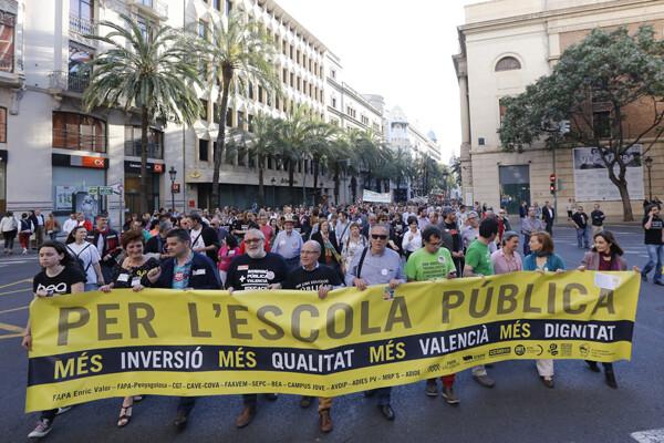 La marcha se abrió con una pancarta de color amarillo, el de las protestas/m.molines