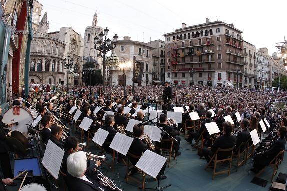 La banda municipal en el acto de la Ronda a la Verge en la plaza de la Virgen/a.saiz