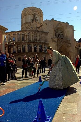 Una imagen de la campaña de difusión del evento en la plaza de la Virgen/fhcv