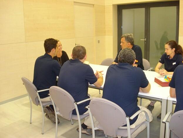 Los expedicionarios con la edil de Sanidad de Valencia, Lourdes Bernal, que les ha entregado una Senyera para izarla en el Libano/ayto vlc