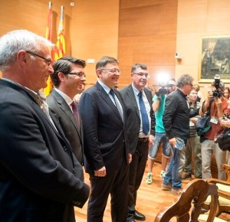 Joan Ribó, Jorge Rodríguez y Ximo Puig posan ante los fotógrafos (Foto-Abulaila)