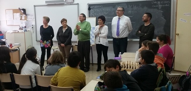 El proyecto se basa en el mundo del ajedrez desde la partida pura y dura, pasando por la resolución de problemas y preguntas.