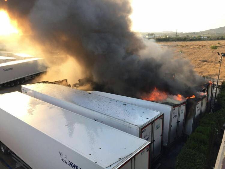 Un incendio quema cinco remolques frigoríficos en el polígono Oliveral en Riba-Rojaç (3)