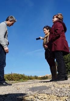 La diputada Conxa Garcia, con el alcalde de Corbera, Jordi Vicedo, visitando uno de los caminos afectados.