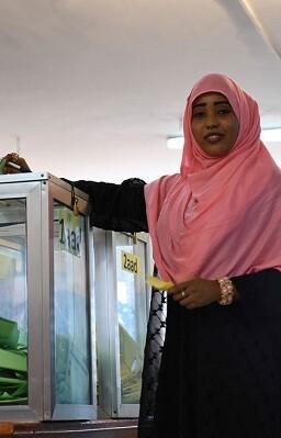 Una integrantes de la Cámara de Representantes vota en Mogadishu, Somalia. (Foto ONU-Omar Abdisalan).