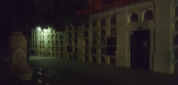 Imagen del cementerio por la noche.