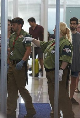 Vigilantes en el aeropuerto.
