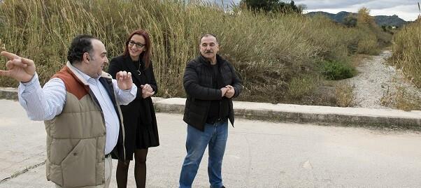 Maria Josep Amigó, con el alcalde, Marc Estruch, durante la visita al puente que une Beniarjó con el Real.