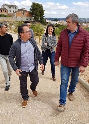 Josep Bort, junto con la alcaldesa de Macastre, María José Casero, y el alcalde de Yátova, Miguel Tórtola.