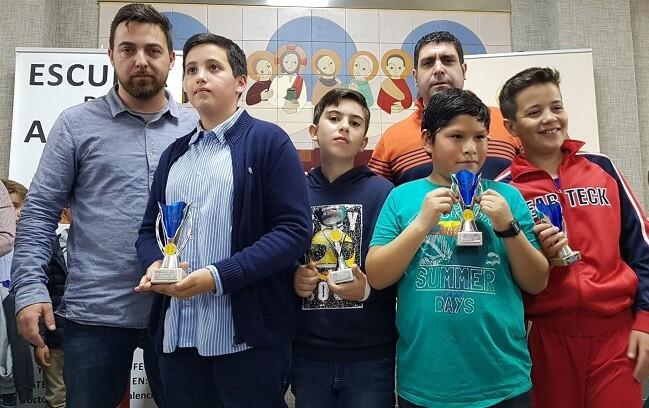 Los premiados Sub-12 junto a Román Beltrán del CA Ciutat Vella y Antonio Navarro del Colegio Calasanz.