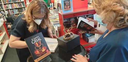 Firma de libros «El Santo Grial» en el Fnac por la Dra. Ana Mafé 20200717_175852(1) (Mediano)