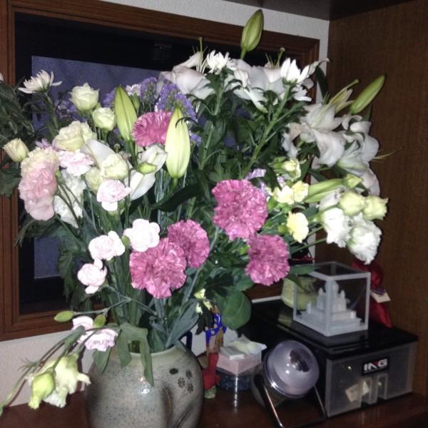 叔父の葬儀の後、頂いてきたお花。我が家でこんなに花がいっぱいになることは滅多にない💦ユリの香りがむせ返るようでうっとりしてます