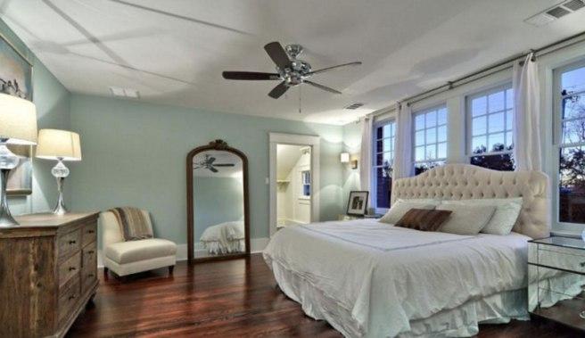 Tradizionale-Camera-da-letto-Con-Moderno-Mobili-Decor-Verde-Pastello-Colore-Parete-In-legno-Pavimenti-Brown-Colore
