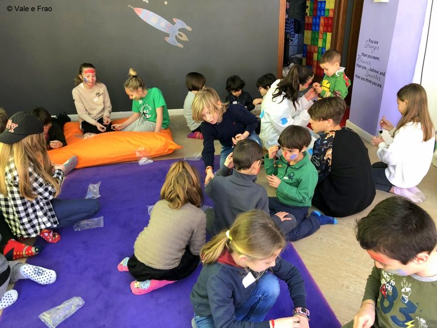 Tra arte e progettazione: costruiamo robot artista. bambini e ragazzi interagiscono durante la lezione