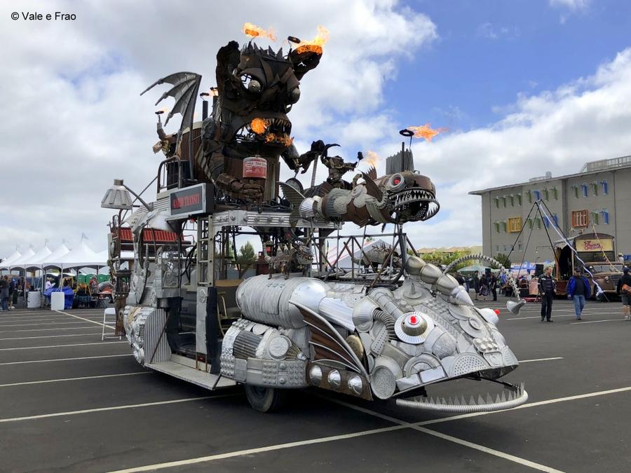 California: Maker Faire Bay Area. robot invenzioni tecnologia prototipi di creature che sputano fuoco e acqua