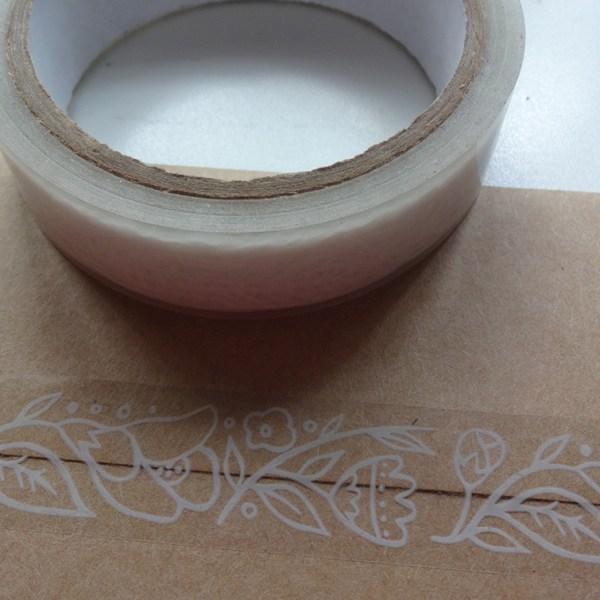 cinta transparente con diseño floral impreso en blanco