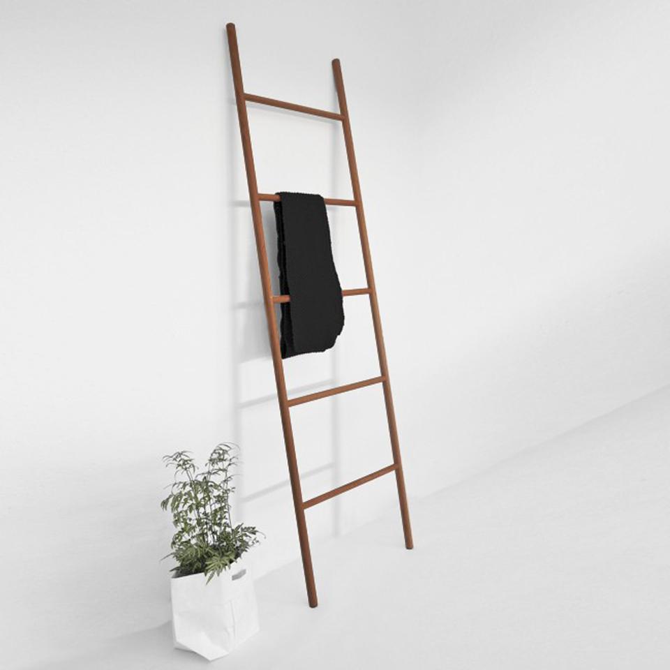 Leiter-Garderobe aus Massivholz • Valeria Gunz