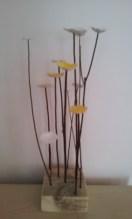 Fleurs sur socle