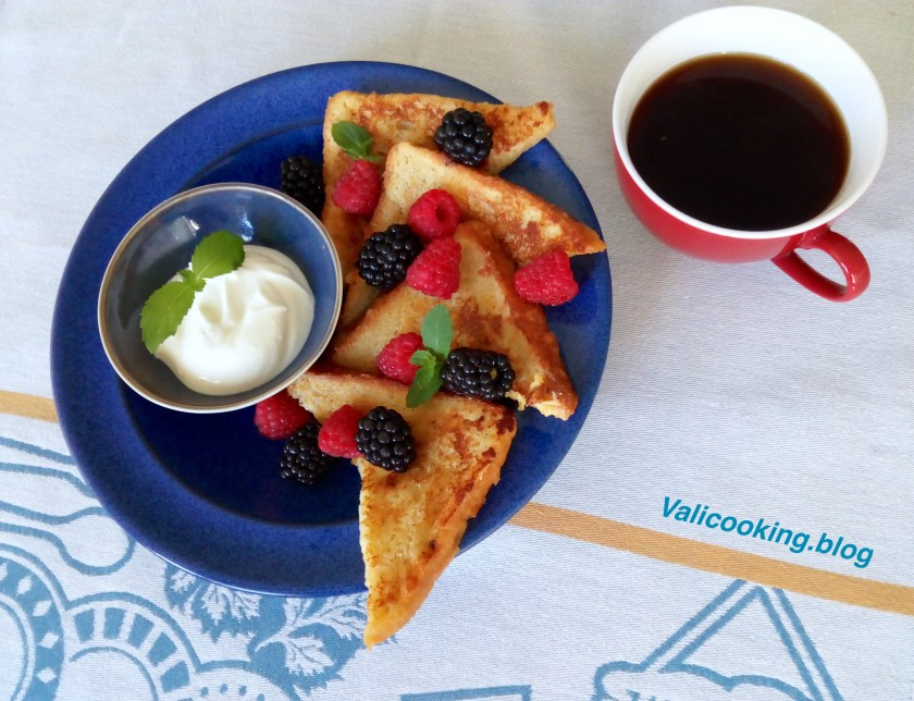French Toasts with Berries and Yogurt