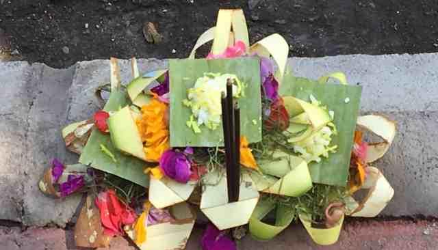 Bali, offerte floreali per gli dei
