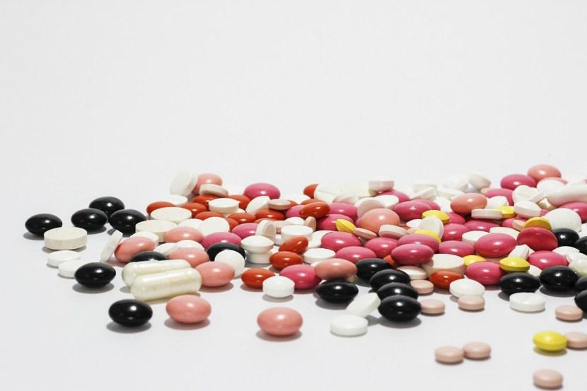 Alcune pillole di vari colori