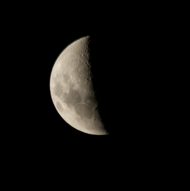 Kuu, josta näkyy vasen puolisko.