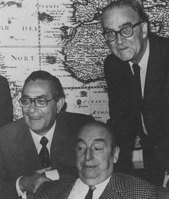 Luis Felipe Vivanco —de pie a la derecha—, con Pablo Neruda y Luis Rosales.
