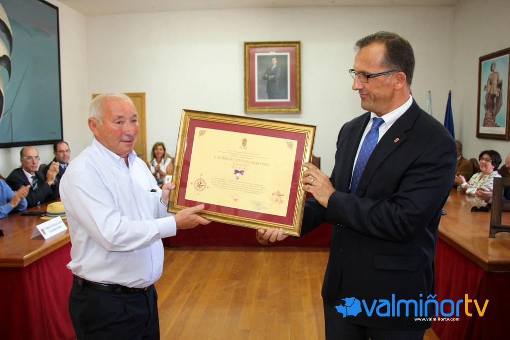 ENTREGA LAZO DE HONRA DE BAIONA A ROBERTO LEYENDA MARTÍNEZ