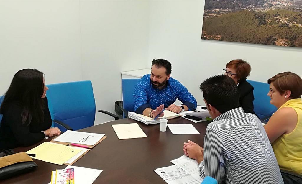 TRABALLADORES E USUARIOS DA PISCINA MANCOMUNADA REÚNENSE CO ALCALDE DE GONDOMAR