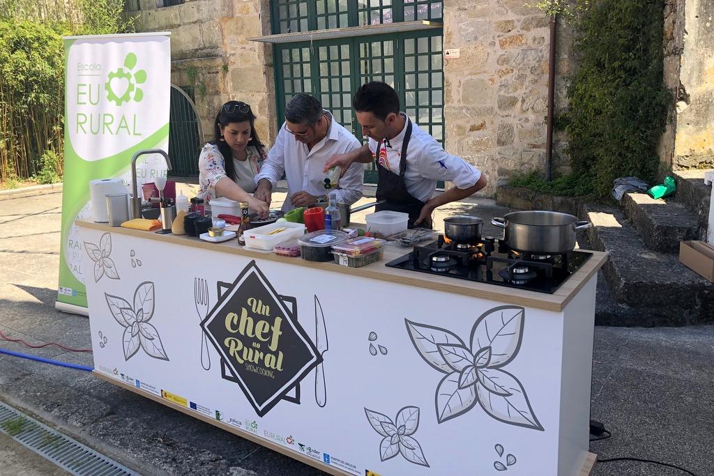 2018-06-14 – Voluntarios colaborando en la elaboración de un plato en un chef no Rural Baiona (2)
