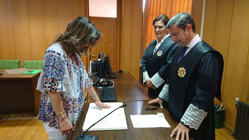 ANA PAULA GUNTÍN TOMA POSESIÓN COMO NOVA XUÍZ DE PAZ DE BAIONA