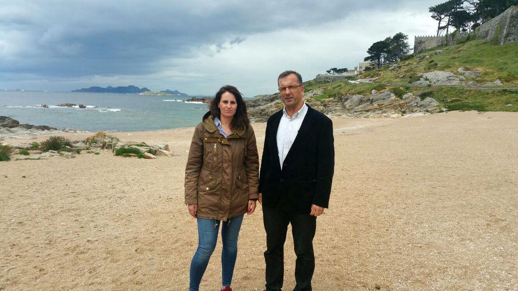 2017-05-10 – 170510 A concelleira María Iglesias e o alcalde, Ángel Rodal, na praia da Concheira
