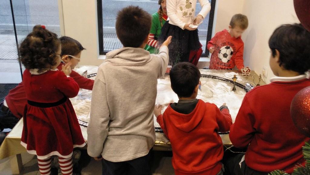 2019-11-29 - Los ni´ños y niñas asistentes montaron el arbol y demás decoración navid...