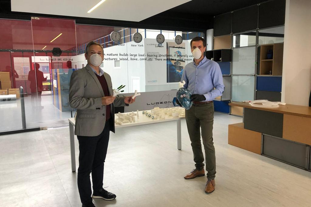2020-04-06 – Enrique Mallón y Luis Mandayo en la presentación en instalaciones de Lupeon3