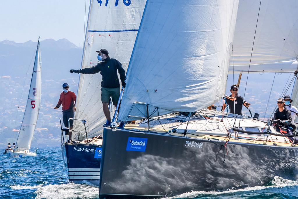 2020-07-25 – El Salseiro en primer plano fue el más rápido de la regata – Foto José Ramón Louro