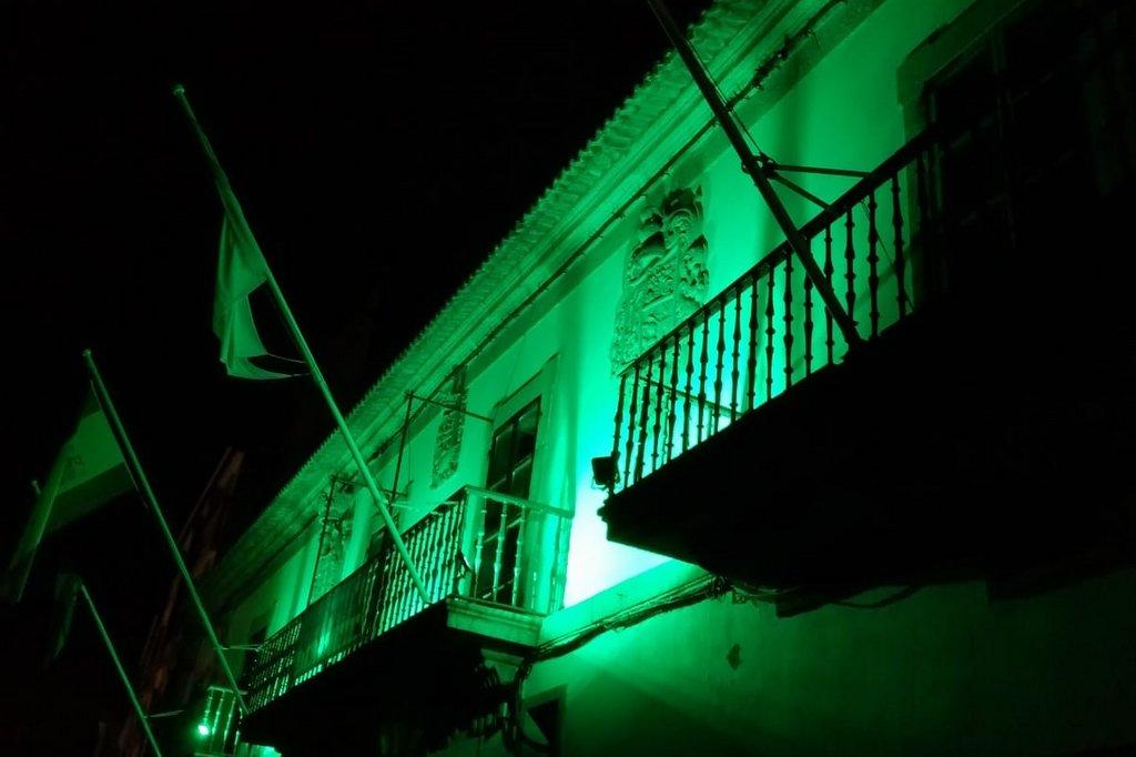 2020-09-21 – Fachada Concello de Baiona Iluminada Verde (2)