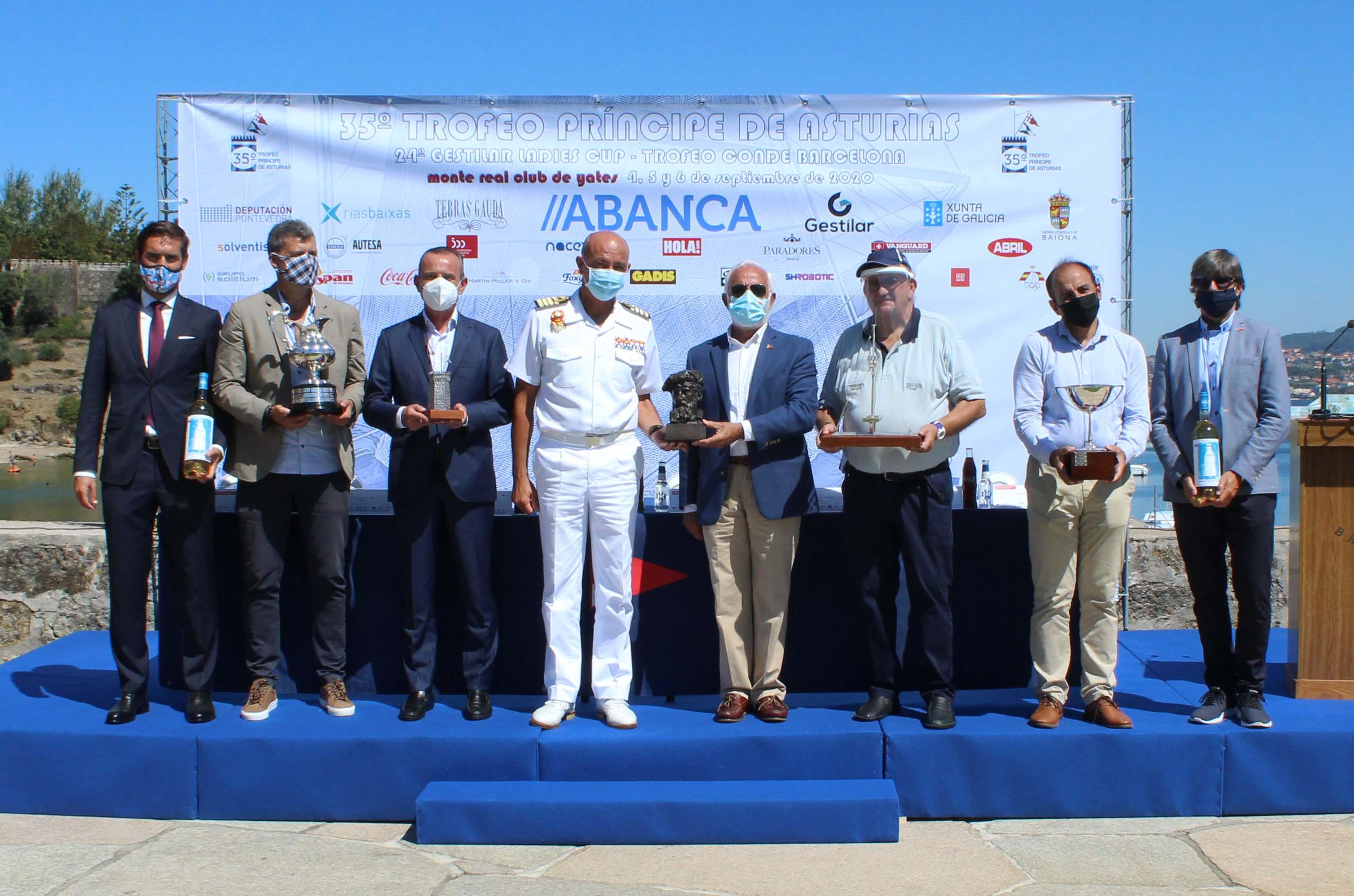Autoridades con algunos de los trofeos del  Trofeo Principe Asturias – Foto © Leticia Acero.jpg