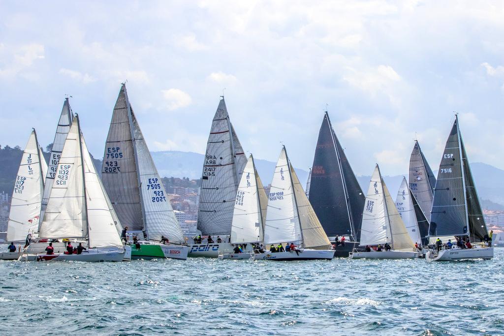 02-Parte de los veleros del Trofeo Comunica frente a la costa de Vigo – Foto © Rosana Calvo